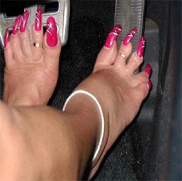 У мамы одной девочки были очень длинные ногти. Каждый - сантиметров семь и